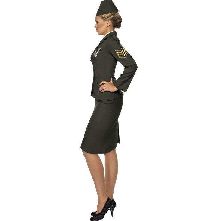 Das Offizierin Militär Kostüm für Damen besteht aus einer dunkelgrünen Offiziersjacke mit Orden, Hemdansatz, Rock und Schlips sowie einer Offiziersmütze. Frauen in Uniformen strahlen immer eine besondere Strenge und Dominanz aus. Mit diesem Offizierin Militär Kostüm kann jede Frau für Recht und Ordnung sorgen. Die Männer werden sich gerne in die Schranken weisen lassen. Das Kostüm besteht aus einer dunkelgrünen Uniform-Jacke mit goldenen Knöpfen. In die Jacke ist bereits ein Hemdeinsatz…