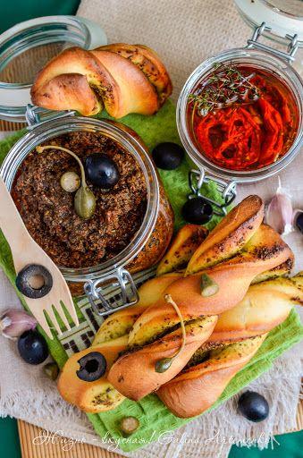 Вполне осенняя компания: вяленые томаты, тапенад и булочки с песто http://www.zhizn-vkusnaja.com.ua/2015/09/vjalenye-pomidory-tapenad-bulochki-recept.html
