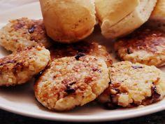 hamburguesas arroz: 2 tazas de arroz integral cocido 1 cda. de mostaza 1 huevo Opcional: 1 chorro de crema de leche (nata, heavy cream) 2 cebollas de verdeo 1 diente de ajo 1/2 taza de pan rallado 2 cdas. de queso rallado Sal, pimienta y aceite
