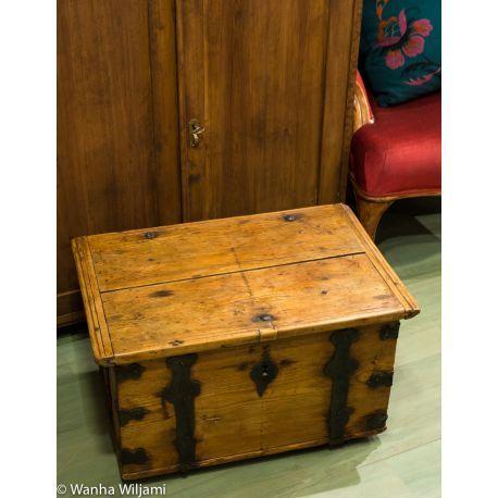 Vanha tasakantinen arkku 1800-luvun alkupuolelta. Soveltuu vaikka arkku pöydäksi. www.wanhawiljami.fi