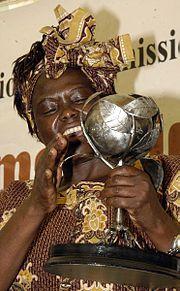 Nombre De Nacimiento.Wangari Maathai Nacimiento.1 de Abril de 1940,Nyeri,Kenia Britanica Fallecimiento.25 de Septiembre de 2011 Causa de Muerte.Cancer de ovario Nairobi,Kenia Creencias religiosas.Iglesia catolica fue una activista política y ambiental. Fue educada en los Estados Unidos en Mount St. Scholastica (Colegio Benedictine) y la Universidad de Pittsburgh, así como en la Universidad de Nairobi en Kenya.  En los años de 1970, Maathai fundó el Movimiento del Cinturón Verde o Green Bel