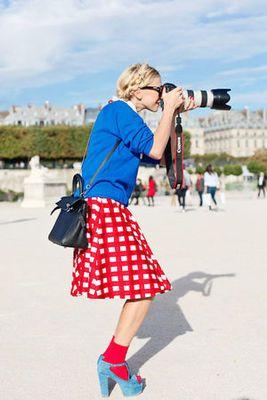 真っ青なニットと真っ赤なギンガムチェックのスカートの組み合わ... | MERY [メリー] - 女の子のためのキュレーションメディア