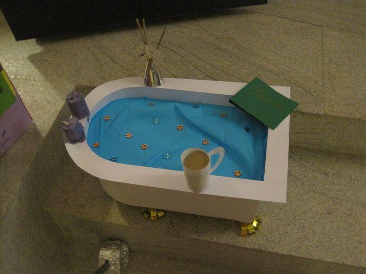 Ontspannings-surprise: bad met geurstokjes, kaarsen, kopje thee en een goed boek.