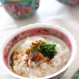 シンガポール、マレーシアに、スペアリブとスパイスを煮込んだバクテー(肉骨茶)というローカルフードがあるのですが、 それをイメージした おかゆです。