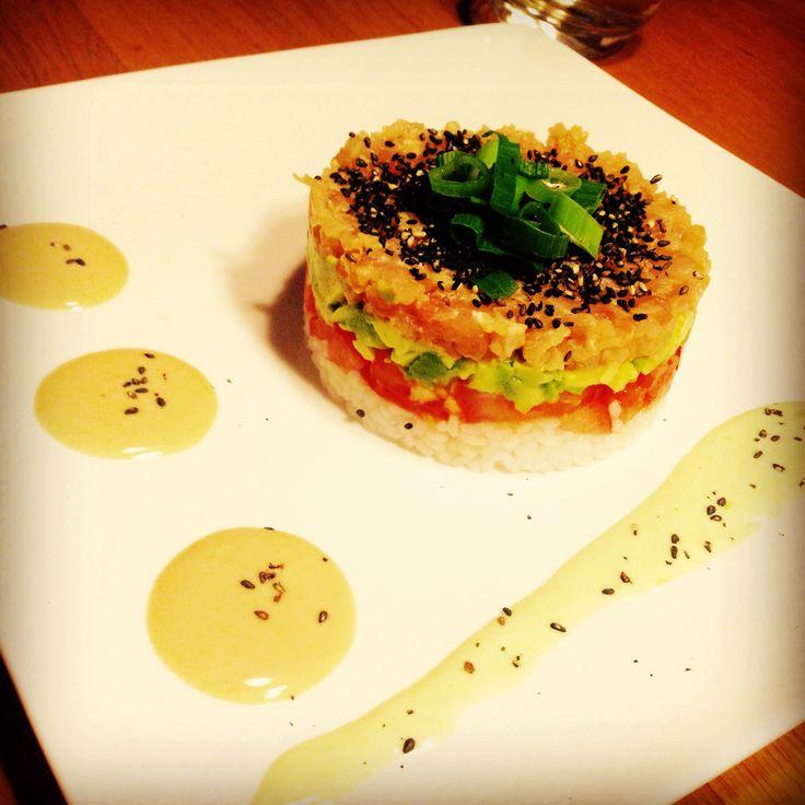 Tonijn tartaar met tomaat, avocado, sushi rijst, sesam, wasabi mayonaise en Japanse mayonaise. Jammie!!
