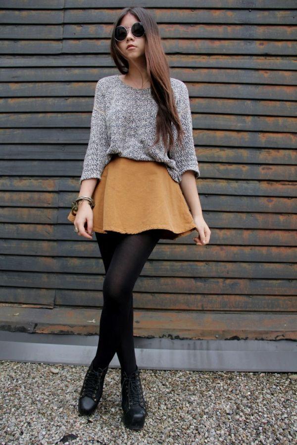 jupe corolle en couleur ocre portée avec un collant noir