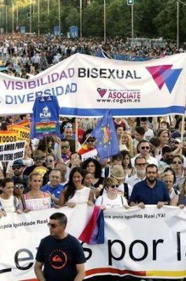 La bisexualidad también es política. Las personas bisexuales llevamos un siglo escuchando cosas como que las mujeres bisexuales existimos gracias a la objetificación sexual que hace el hombre heterosexual sobre nosotras. Natàlia Wuwei Climent - Kuirfeminista, activista crítica bisexual/plurisexual | El Diario, 2017-07-06 http://www.eldiario.es/tribunaabierta/bisexualidad-politica_6_662193807.html