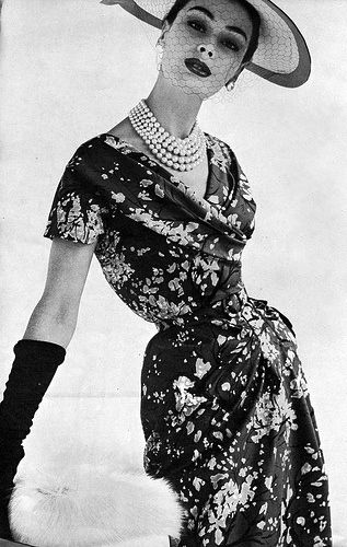 1950's fashion notice the tiny waist very in back then.......                                                                                                                                                      More