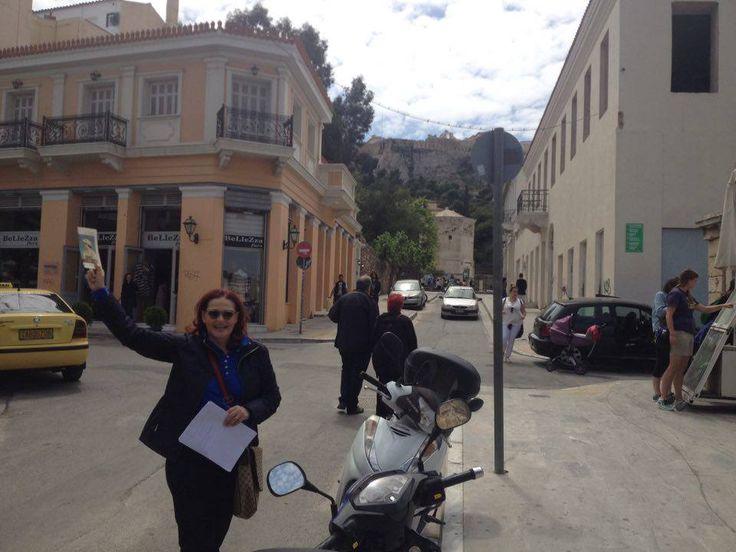 Η Φιλομήλα Λαπατά μας ξενάγησε στην Αθήνα του 1800. Είδαμε πού βρισκόταν η λοκάντα της Κοραλίας Τζάβαλου, μέχρι ποιο σημείο έφτανε η Αθήνα του 1835, σε ποιο σημείο ο ταχυδρόμος από το Ναύπλιο μοίραζε κάθε Πέμπτη την αλληλογραφία, πού βρισκόταν το χαμάμ του Αμπίτ Εφέντι, πού ο Μεντρεσές (η φυλακή της Αθήνας) και άλλες ιστορικές λεπτομέρειες της Αθήνας του 1835.