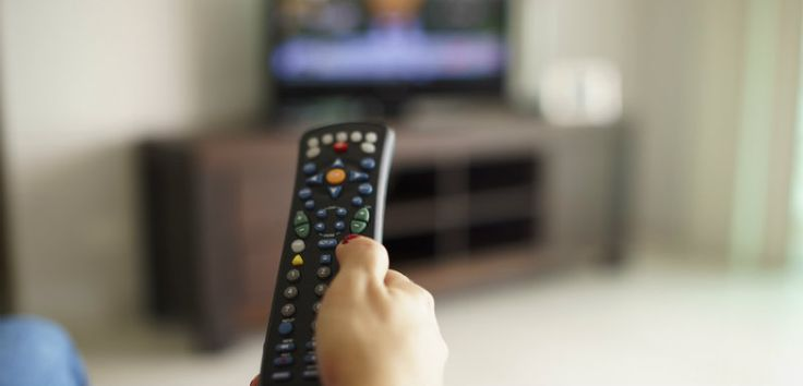 Si le fait de trop regarder la télévision n'a jamais été bon pour la santé, une nouvelle étude japonaise met clairement en lien l'abus de télévision et le risque d'embolie pulmonaire. Les résultats obtenus sont d'autant plus inquiétants lorsque l'on apprend que ce risque concerne également les jeunes, en particulier les afficionados de série.