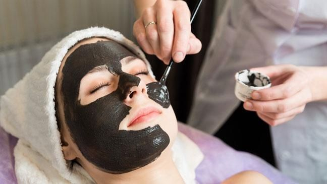 Charcoal is known to purify the skin and cleanse it. And, when it comes to blackheads, then there is nothing better than charcoal. It not only removes the blackheads but also moisturizes the skin at the same time. So, the charcoal masks will not make your skin dry. It will cleanse the skin thoroughly and, thus, your skin will be all glowing and smooth.
