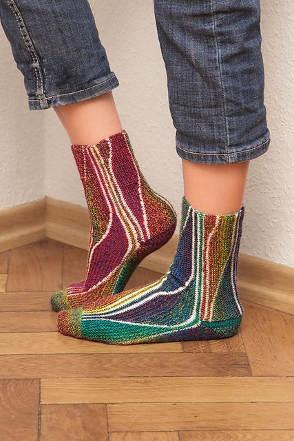 Женские носки• Размер 38-39 (36-37) 40-41 Вам потребуется: • Носочная пряжа (420 м / 100 г): по 100 г сиреневой, бирюзовой и разноцветной пряжи • 2 пары круговых спиц № 2 • 8 светлых английских…
