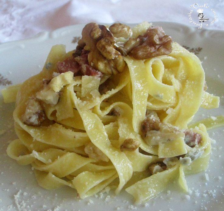 Fettuccine con noci, speck e gorgonzola facilissime e veloci da realizzare con tutti i sapori e profumi autunnali