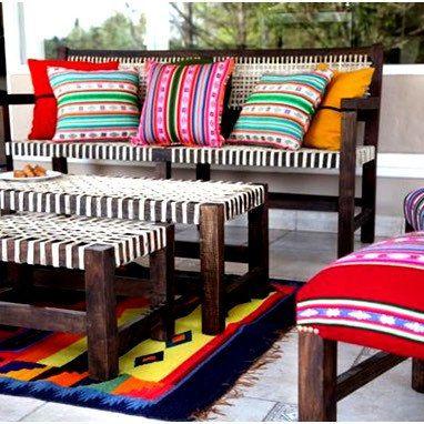 Una hermosa forma de usar las telas andinas, telas peruanas en casa. Decorando el sofá con coloridas telas, fundas hechas con telas etnicas peruanas.