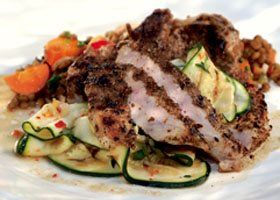 Varkenskotelet met gegrilde courgettes, pittige salade van linzen en wortelen