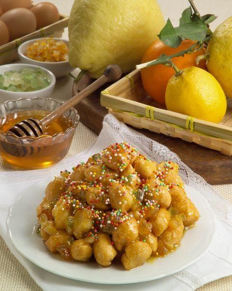 Tardiddhi - sono dolci tipicamente natalizi della provincia di Catanzaro, a forma di gnocco croccante, di colore marrone dorato, fatti con farina, uova e miele.