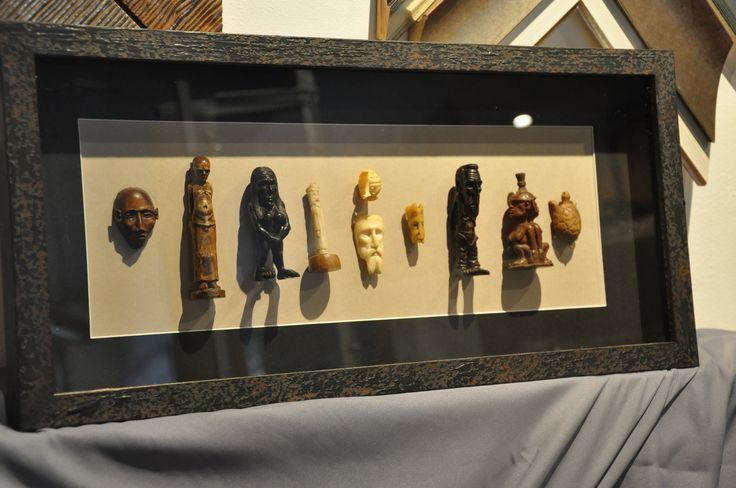 Cuadro de esculturas y objetos enmarcado en tienda de - Cuadros para enmarcar ...