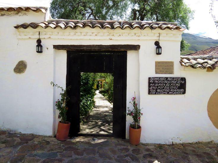 25. Las puertas de los hoteles son marcos de puertas que están abiertas para que los turistas puedan ver el interior: