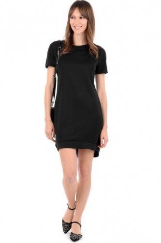 Rundhalset T-shirt kjole i svart. Denne kjolen er enkelt utført og passer til en rekke anledninger.  Inneholder: 95% Polyester og 5% Elastan.