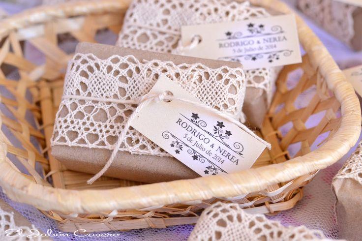 Detalles de boda vintage.  Jabones hechos a mano y personalizados para la boda de R & N.