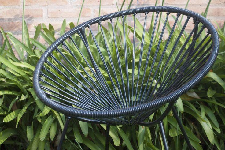 Mirá imágenes de diseños de Jardines estilo moderno}: Silla retro circular. Encontrá las mejores fotos para inspirarte y creá tu hogar perfecto.