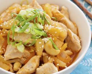Poulet minceur aux noix de cajou et ananas : http://www.fourchette-et-bikini.fr/recettes/recettes-minceur/poulet-minceur-aux-noix-de-cajou-et-ananas.html