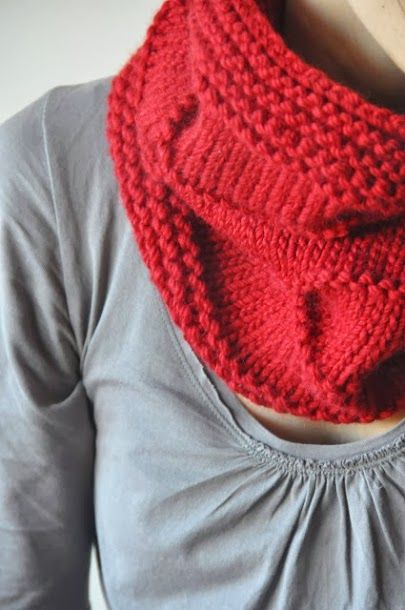Pour tricoter ce snood monter 78 mailles de laine à tricoter en 7 ou 8 sur des aiguilles circulaires knit pro numéro 8 Tricoté 8 rangs de point mousse , puis en jersey avec une ligne de mousse tous les 8 rangs 4 fois Et pour finir à nouveau 8 rangs de mousse La Mercerie du Faubourg - Google+ Merci à l'excellent blog : ladymoutonne.blogspot.fr