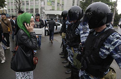Rusia policía antidisturbios el bloqueo de la carretera en frente de la colección Simferopol de los tártaros de Crimea a la manifestación.  Inicio de TV y Radio Company de la minoría nacional en la región se vio obligado a dejar de radiodifusión después de la anexión de la región.  (AP / Max Winds)