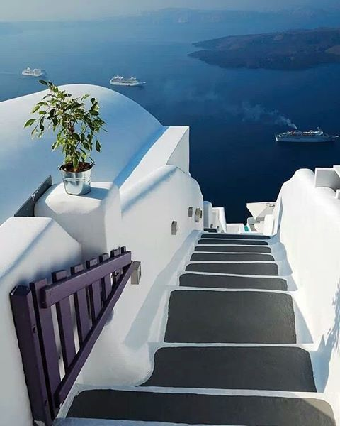 Don't forget to take #artistic #photos of #Santorini!  Photo credits: @thisisthebosslife