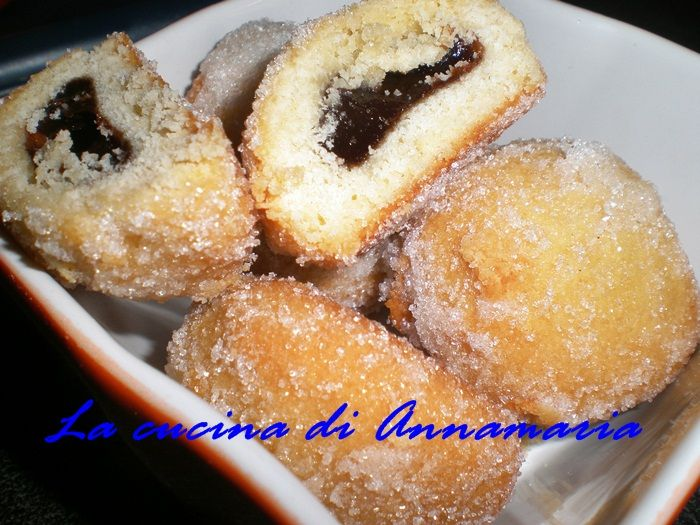 Castagnole al forno con farina di mandorle con cuore di cioccolato, ricetta di carnevale