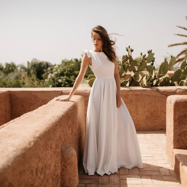 La robe Romantique est voluptueuse et élégante avec ses délicats volants. La robe de mariée parfaite pour un mariage romantique.