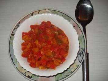 Das perfekte Paprika – Gemüse – Letscho-Rezept mit einfacher Schritt-für-Schritt-Anleitung: Zwiebeln putzen, fein würfeln. Paprika waschen, Kerner…