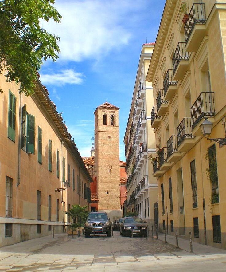 Calle del Príncipe de Anglona. Al fondo la torre de S.Pedro el Viejo, de estilo múdejar, la más antigua de Madrid.