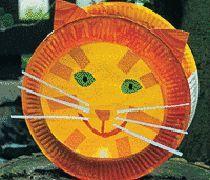 Katzenlaterne: aus Papptellern und Transparentpapier lässt sich ganz leicht diese hübsche Laterne basteln.