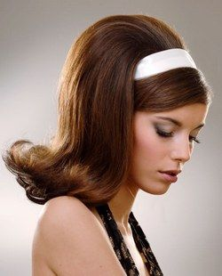 Anni '60 - Coiffure nuovi stili - Un carré che arriva alle spalle con una ciocca frontale che scivola sotto la fascia, per uno stile molto Sixties. I capelli sono cotonati al centro del testa, per creare un bel volume...