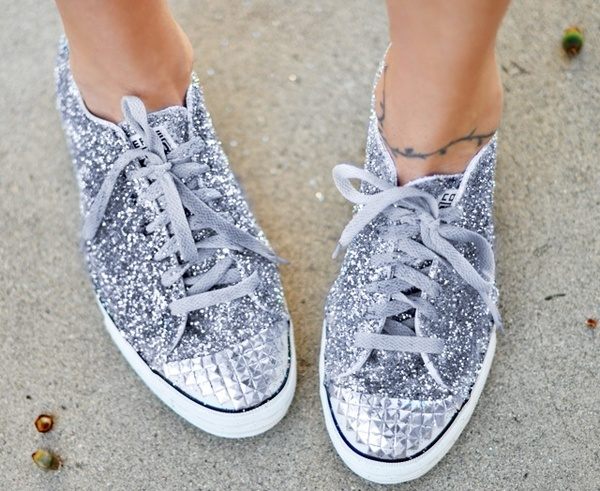 glitter sneakers DIY- I keep thinking I dont need glitter shoes...now I want some glitter shoes. syahl