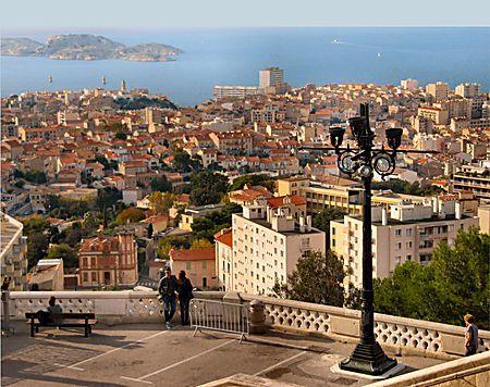 Rencontre devant la ville Marseille