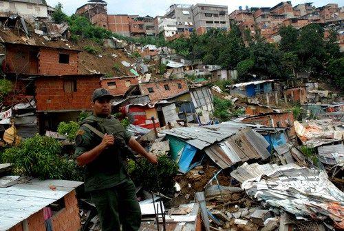 Un tercio de los latinoamericanos vive en zonas de alto riesgo de desastres Unos cinco millones de personas son afectadas por desastres naturales en América Latina, donde un tercio de la población vive en zonas de alto riesgo, alertó este lunes la FAO. Cada año, de acuerdo a la Organización de las Naciones Unidas para la Alimentación y la Agricultura (FAO), ocurren cerca de 70 eventos climáticos extremos en la región, mientras que el 70% de las emergencias en Améric