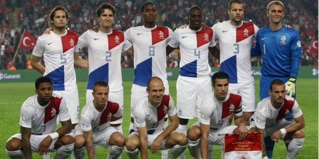Hollanda Teknik Direktörü Louis van Gaal, 2014 FIFA Dünya Kupası'nda mücade edecek olan aday kadroyu açıkladı. Galatasaray'dan Wesley Sneijder'in yanı sıra Fenerbahçeli Dirk Kuyt da kadroya dahil edilirken, PSG'de forma giyen Wan Der Wiel'in çağrılmaması dikkat çekti.  2014 FIFA Dünya Kupası B Grubu'nda son şampiyon İspanya dışında Şili ve Avustralya ile karşılaşacak olan Hollanda'nın aday kadrosunda şu futbolcular yer alıyor.  http://www.foreverbesiktas.net/sneijder-ve-kuyt-aday-kadroda/
