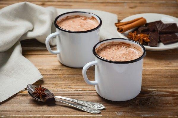 Горячий шоколад по-мексикански  Ингредиенты коричневый сахар1/4 стакана поджаренные миндальные хлопья3 ст.л. какао-порошок, несладкий1/4 стакана сольщепотка молоко3 стакана палочки корицы2 шт. нарезанный черный шоколад30 г ванильный экстракт1 ч.л.