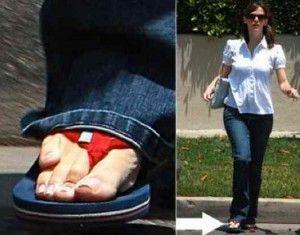 11163 Jennifer Garner tiene Braquimetatarsia, que es una condición en la que uno de los 5 huesos largos del pie es mucho más pequeño que los otros.