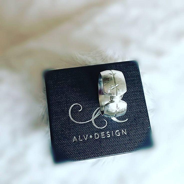 Här kommer silverringen KRYDDRIK, en riktigt bred modell... Kraftfull, därav namnet 👌 Välkommen att se mer i vår webbutik www.alvdesign.se