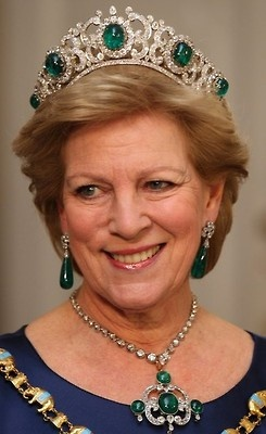 Emerald Parure Tiara - (Greece)    The Emerald Parure Tiara was first worn by Queen Elisabeth of Greece. The emeralds came from Russia to Greece in 1867 when Grand Duchess Olga Constantinova married King George I. The tiara was created by Queen Elisabeth of Greece, who changed the design overtime. The tiara originally started out as a bandeau style then a new one was designed by Cartier in the kokoshnik style. The current tiara features E's that interlock.