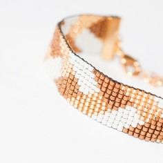 Bracelet manchette en perles tissées - motif tresse or, blanc et brun