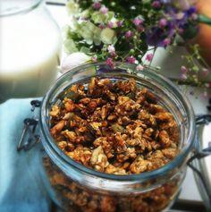 Homemade healthy banana granola http://madebyellen.com/homemade-bananen-granola/