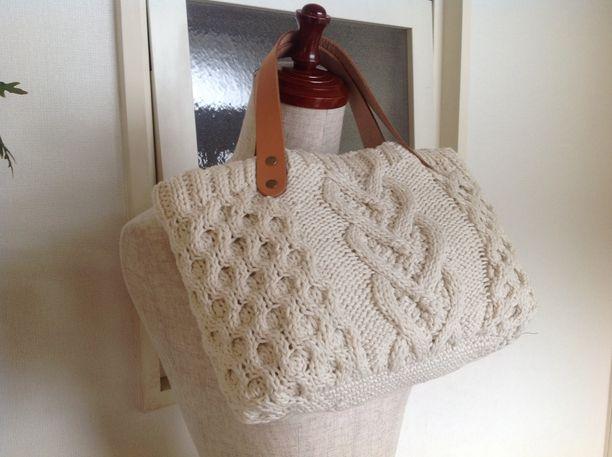 暖かみのある綿糸でふんわり編んだトートバックです。 ハート模様がとても可愛らしく仕上がりました。  内袋は光沢のあるキルティングで 表と同じ糸で編んだポケットとファスナーポケット付き  サイズ  横34㎝縦18㎝ 底23c×10cm              持ち手30cm  素材   綿100%           持ち手は本革