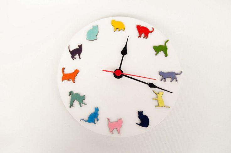 Houten witte klok met gekleurde grappige katten, katten, ideeën voor kinderen om verjaardag, Decor voor kinderkamer spelen door MustHaveGift op Etsy https://www.etsy.com/nl/listing/246715158/houten-witte-klok-met-gekleurde-grappige