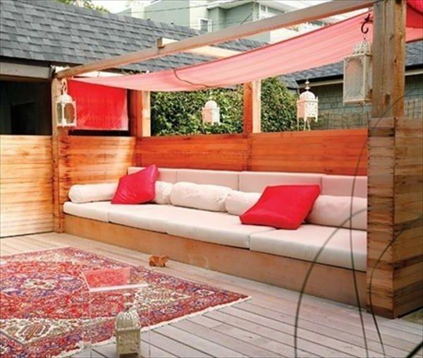 sofa aus europaletten mit dekokissen in rot und  weiß komfortabel und modern