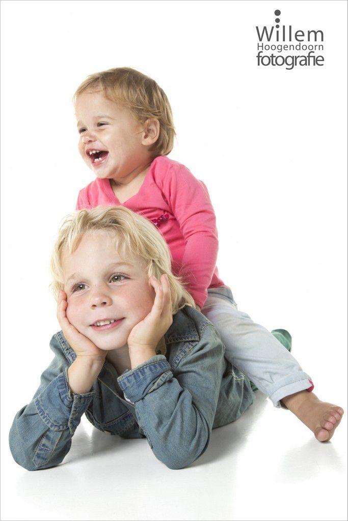 Spontane kinderfotografie van broertje en zusje in mijn fotostudio in Woerden (Willem Hoogendoorn Fotografie)