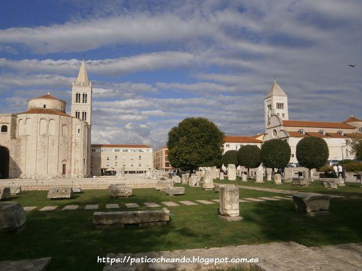 ZADAR-CROACIA: en la Zeleni trg (la Plaza Zeleni), junto a restos de antiguo foro romano, se encuentra  la Iglesia de San Donato junto a la Torre de la Catedral de Santa Anastasia(Sveta Stošija), la  Catedral de Zadar . A la dcha, está la Iglesia de Sta María (Crkva sv Marije)